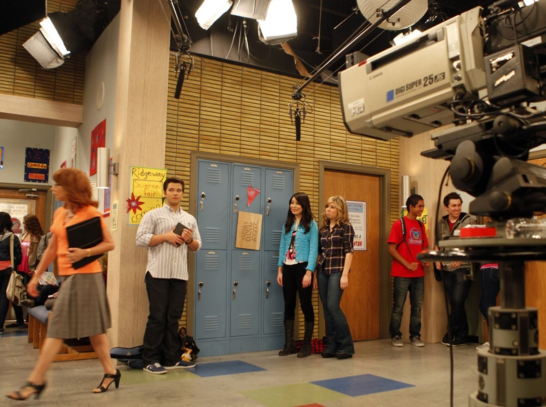 """Miranda Cosgrove, center, as """"Carly Shay"""" with Jennette McCurdy, next to Cosgrove, as """"Sam Puckett"""", Nathan Kress, center left, as """"Freddie Benson"""" and Mindy Sterling, left, playing teacher """"Mrs. Briggs"""" work on the set of """"iCarly,"""" in Hollywood last June."""
