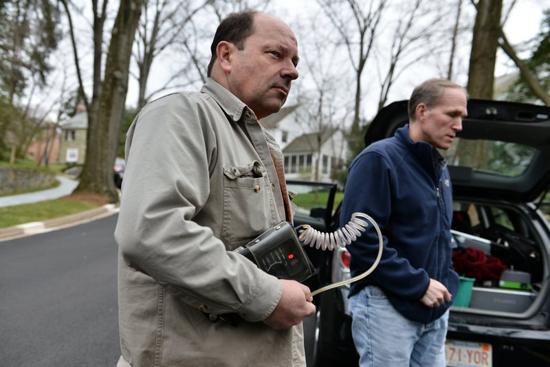 Bob Ackley, left, a gas leakage specialist, and Robert Jackson, a professor of environmental sciences at Duke University, prowl streets for gas leaks In Washington, D.C.