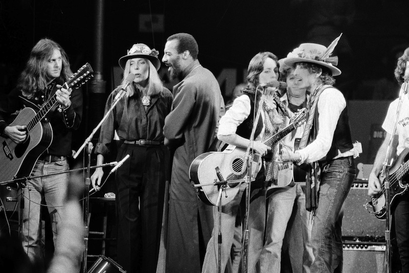 In this Dec. 1975 file photo, musicians Roger McGuinn, Joni Mitchell, Richie Havens, Joan Baez and Bob Dylan perform the finale of the The Rolling Thunder Revue, a tour headed by Dylan. Havens, who sang and strummed for a sea of people at Woodstock, has died at 72. His family says in a statement that Havens died Monday, April 22, 2013, of a heart attack. (AP Photo, File)