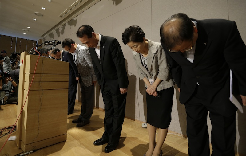 Asiana Airlines President and CEO Yoon Young-doo, fourth from right, and board members bow to the nation during press conference about Asiana Airlines flight 214 which took off from Seoul and crashed while landing at San Francisco International Airport at Asiana Airlines head office in Seoul, South Korea, Sunday, July 7, 2013. (AP Photo/Lee Jin-man)