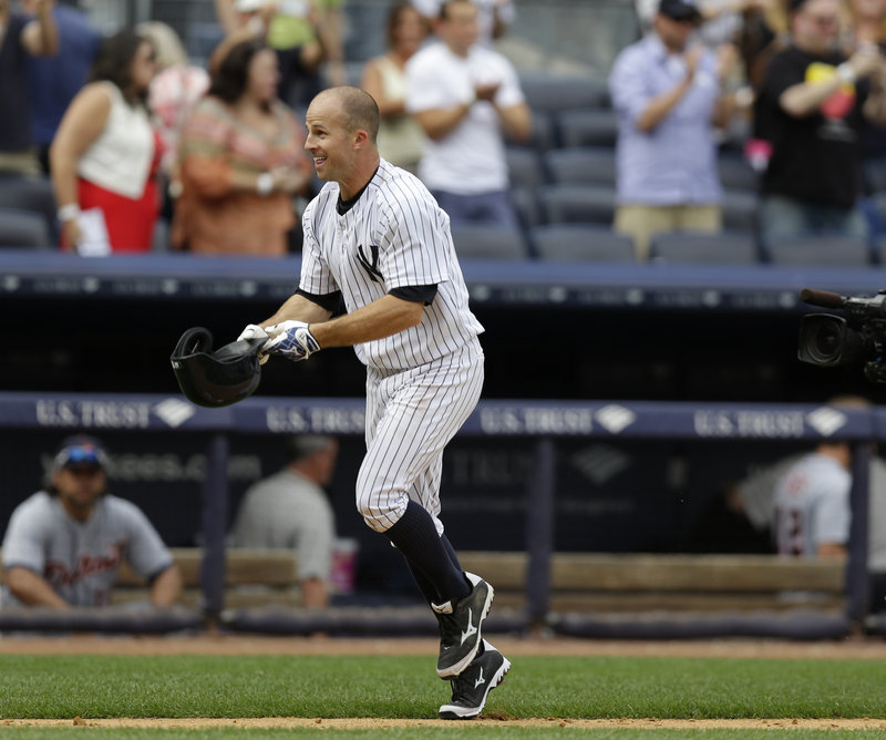 Brett Gardner of the Yankees doffs his helmet as he heads for home after hitting a ninth-inning solo home run that gave New York a 5-4 win over Detroit.