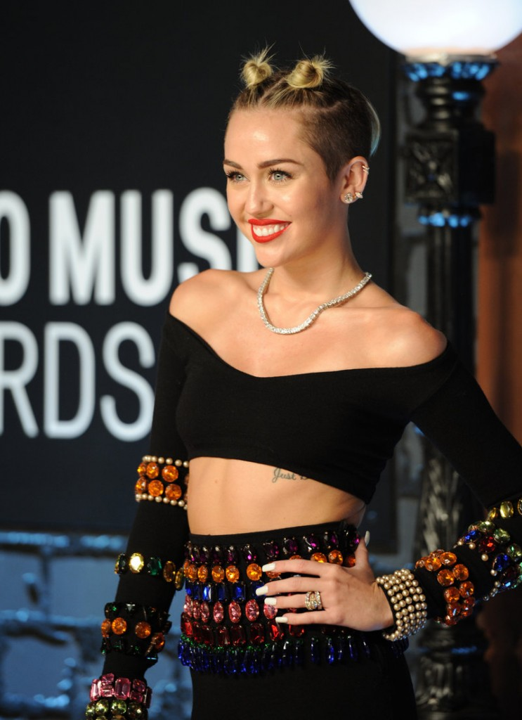 Pop singer Miley Cyrus gave an eye-popping performance Sunday night at the MTV Video Music Awards.