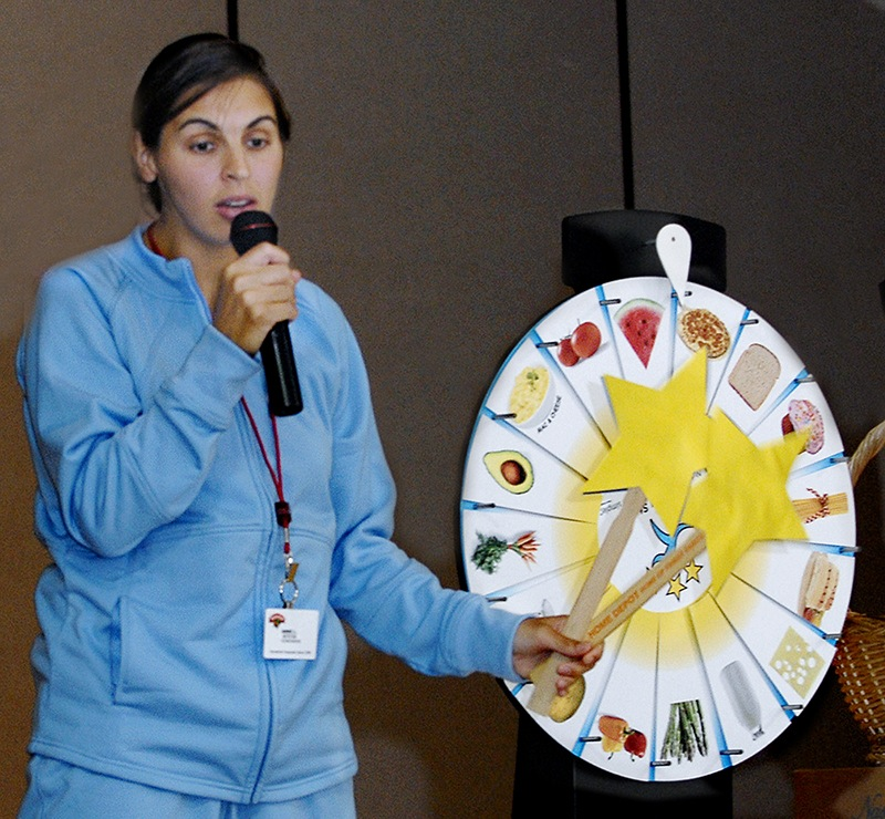 A Hannaford nutritionist talks to pupils at the Windham Primary School about healthful food.