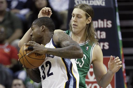 Boston Celtics' Kelly Olynyk, of Canada, right, defends against Memphis Grizzlies' Ed Davis in the first quarter of Monday's game in Memphis, Tenn.