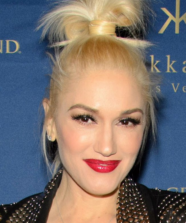 """Gwen Stefani, a celebrity judge from """"The Voice,"""" will present an Emmy at the Aug. 25 show."""
