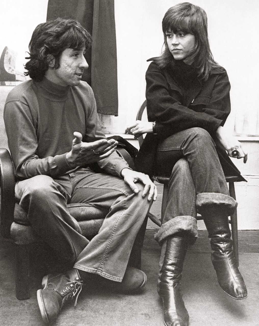 Tom Hayden, who was a co-founder of the SDS, and Jane Fonda talk at the home of a friend in London in this 1972. Associated Press